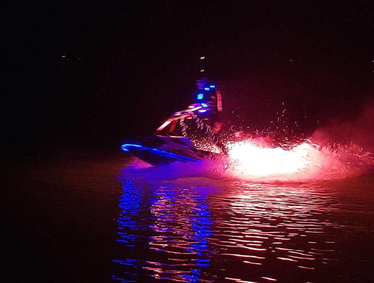 Jetski-Artisten bringen Senftenberger See zum leuchten